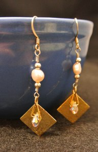 Gold plated diamond squares, teardrop scrystals, silver beads and potato shaped pearls - DSC_1291